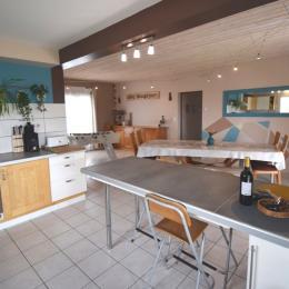 La chambre 3 avec son lit ferme en 160. Vue sur la piscine  - Location de vacances - Montignac-de-Lauzun