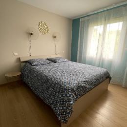 Chambre 2 avec vue sur la piscine. Lit mémoire de forme en 160 - Location de vacances - Montignac-de-Lauzun