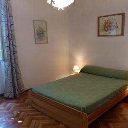 Première chambre avec lit double à l'étage. - Location de vacances - Saint-André-Capcèze