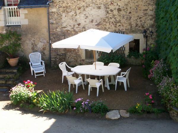 la terrasse dans la cour  - Location de vacances - Marcé