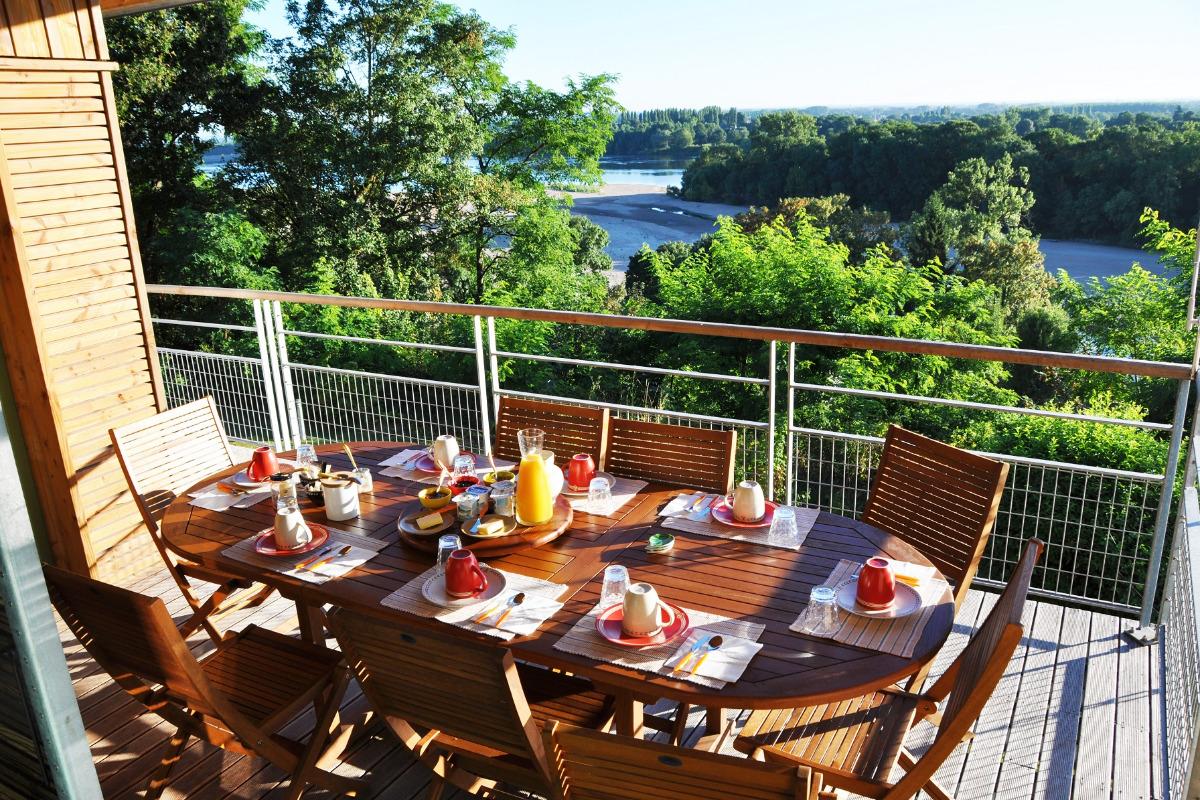 Le petit déjeuner face à la Loire - Chambre d'hôtes - Chênehutte-Trèves-Cunault