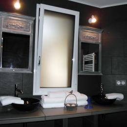 Salle de bains de notre 3ième des 5 chambres - capacité (4 places). Le site comporte 15 places au total avec piscine - Chambre d'hôtes - Saint-Germain-sur-Moine