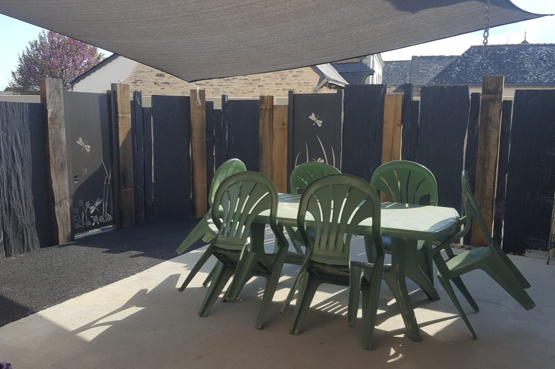 Terrasse de 25m² : Salon de jardin, Fauteuil hamac, Barbecue électrique. - Location de vacances - Briollay