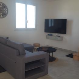 Salon : Téléviseur connecté 55, Canapé d'angle convertible, Table de salon - Location de vacances - Briollay