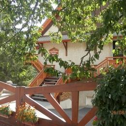Séjour avec coin télé - Au coeur des Alpes du Sud, à Serre Chevalier, appartement à louer dans maison de pays - Location de vacances - Briançon