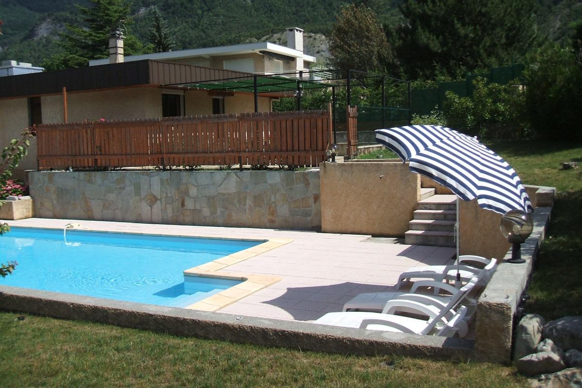 piscine et plage avec transats  - Location de vacances - Savines-le-Lac