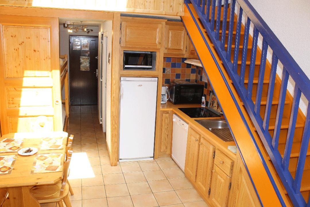 Bel appartement rénové, orienté plein sud, face aux glaciers de La Meije à La Grave (Alpes du Sud) - coin séjour cuisine  - Location de vacances - La Grave