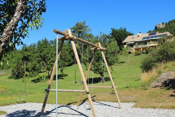 Ancienne ferme entièrement rénovée en matériaux naturels à Savines le Lac vue sur le lac (Hautes-Alpes) - grand parc - Location de vacances - Savines-le-Lac