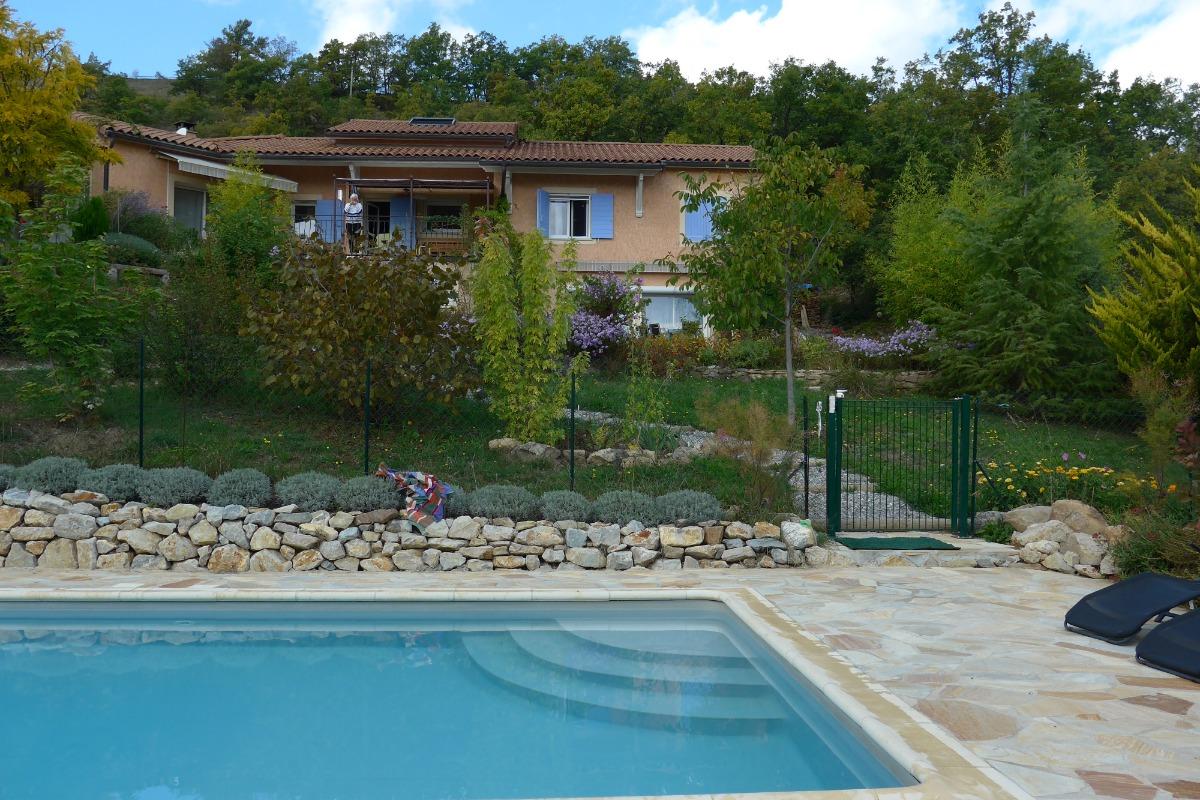 la ligne bleue gite plain pied 6 personnes 72 m2 jardin piscine lardier et valen a. Black Bedroom Furniture Sets. Home Design Ideas