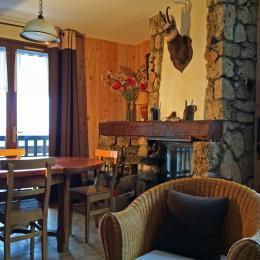 la salle à manger - Maison située à l'entrée du village de La Grave, orientée sud, face au téléphérique des glaciers de La Meije - Location de vacances - La Grave