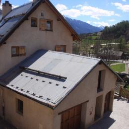 salon et porte fenêtre sur terrasse - Location de vacances - La Salle-les-Alpes