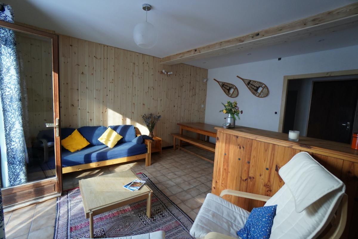 Séjour avec porte-fenêtre et vues sur la montagne - Appartement dans un chalet traditionnel à Saint-Véran dans les Hautes-Alpes salle de jeux avec babyfoot - Location de vacances - Saint-Véran
