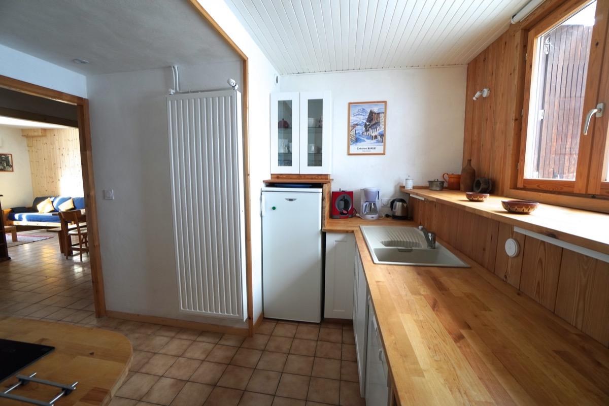 Cuisine - Appartement dans un chalet traditionnel à Saint-Véran dans les Hautes-Alpes salle de jeux avec babyfoot - Location de vacances - Saint-Véran