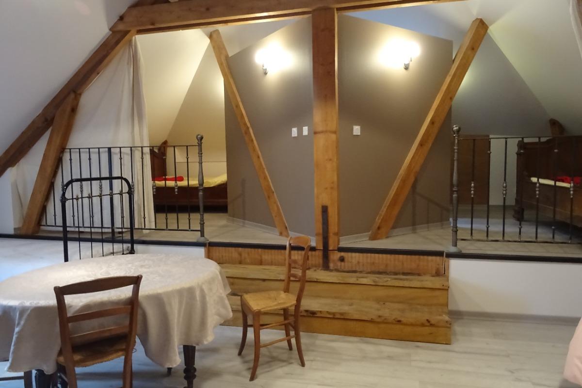 Suite Félibres, vue des 2 espaces sous charpente avec lit e 110 - Chambre d'hôtes - Montmaur