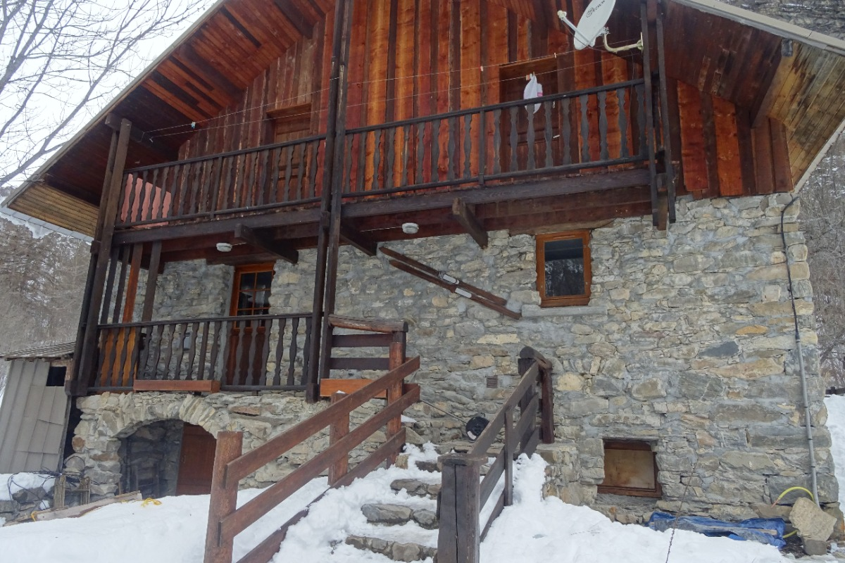 Le chalet, entrée, à l'étage, balcon des chambres  - Location de vacances - Freissinières