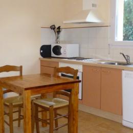 la cuisine ouverte sur le séjour salon - Location de vacances - La Feuillie