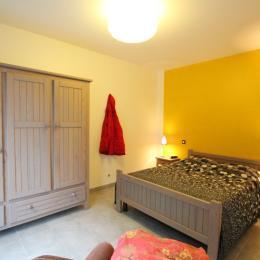 La chambre du rez-de-chaussée. - Location de vacances - Hauteville-sur-Mer