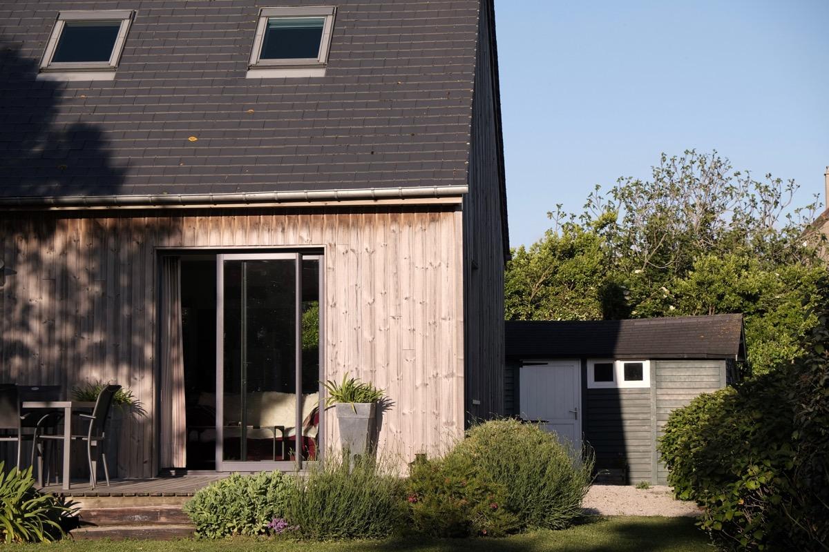 Le gîte côté jardin avec la terrasse. - Location de vacances - Le Rozel