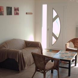 coin salon et entrée - Location de vacances - Saint-Jean-de-la-Rivière