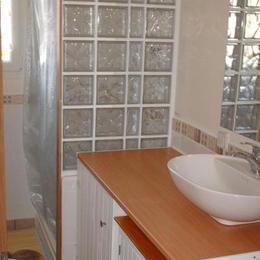 salle de douche à l'étage - Location de vacances - Saint-Jean-de-la-Rivière