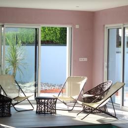 salle de repos au bord de la piscine commune - Location de vacances - Denneville