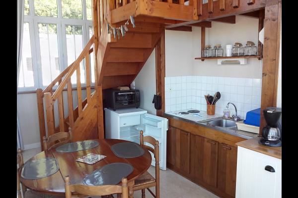 Vue Kitchenette et escalier mezzanine  - Location de vacances - Carolles