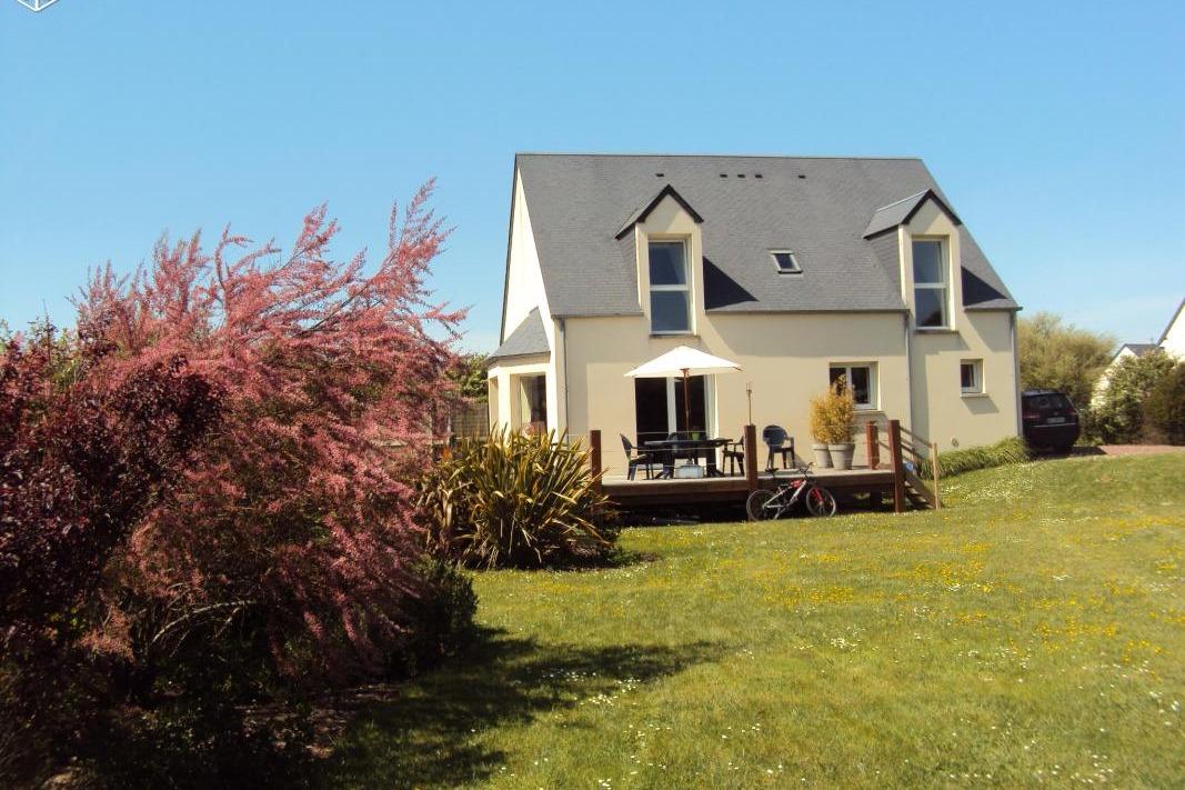 extérieur à l'arrière de la maison, côté jardin et terrasse, bow window et fenêtres chambres à l'étage - Location de vacances - Saint-Jean-de-la-Rivière