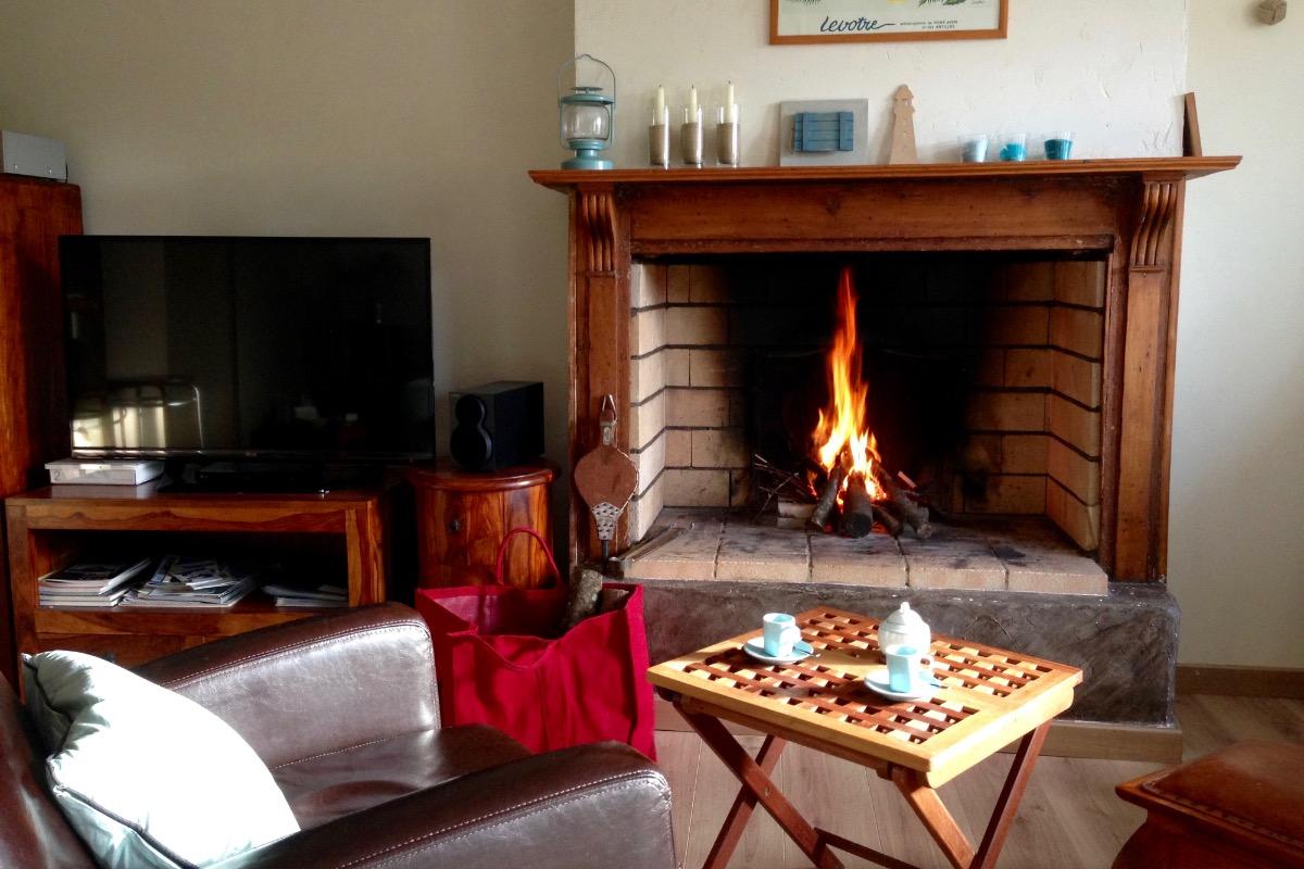 Salon avec cheminée; réserve de bois fournie gracieusement.  - Location de vacances - Donville-les-Bains