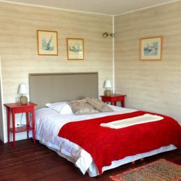 Chambre du 1er étage, 25 m2 avec lit 160x200, dressing et salle de bains attenante - Location de vacances - Donville-les-Bains