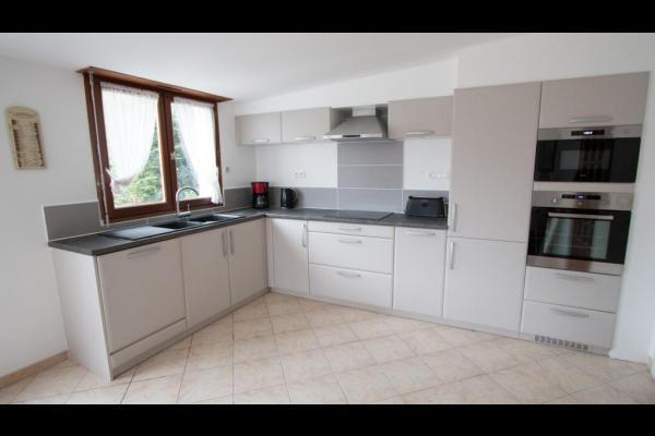 Une grande cuisine - salle a manger qui donne sur le jardin - Location de vacances - Agon-Coutainville