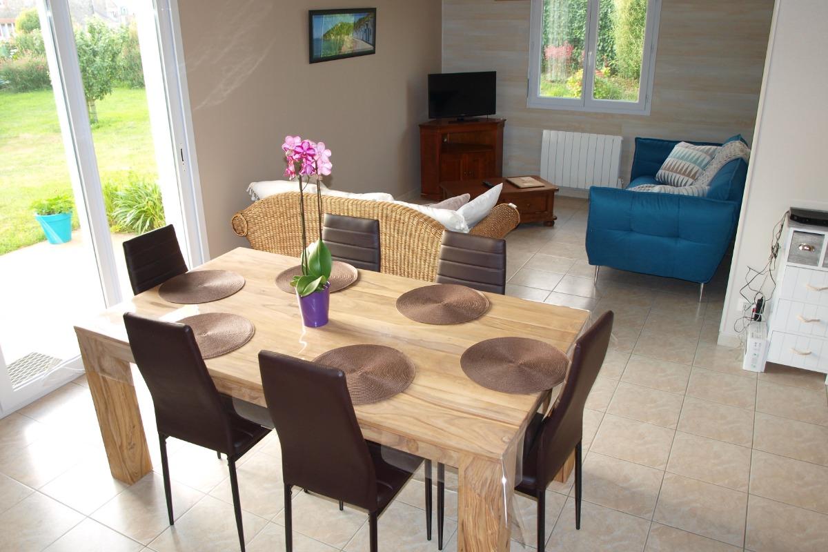 salle à manger avec vue sur la cuisine équipée - Location de vacances - Les Moitiers-d'Allonne