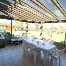 véranda 17 m² donnant sur le jardin - Location de vacances - Réville