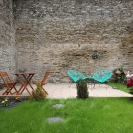 Un espace terrasse dans le jardin pour la détente - Location de vacances - Cherbourg-en-Cotentin