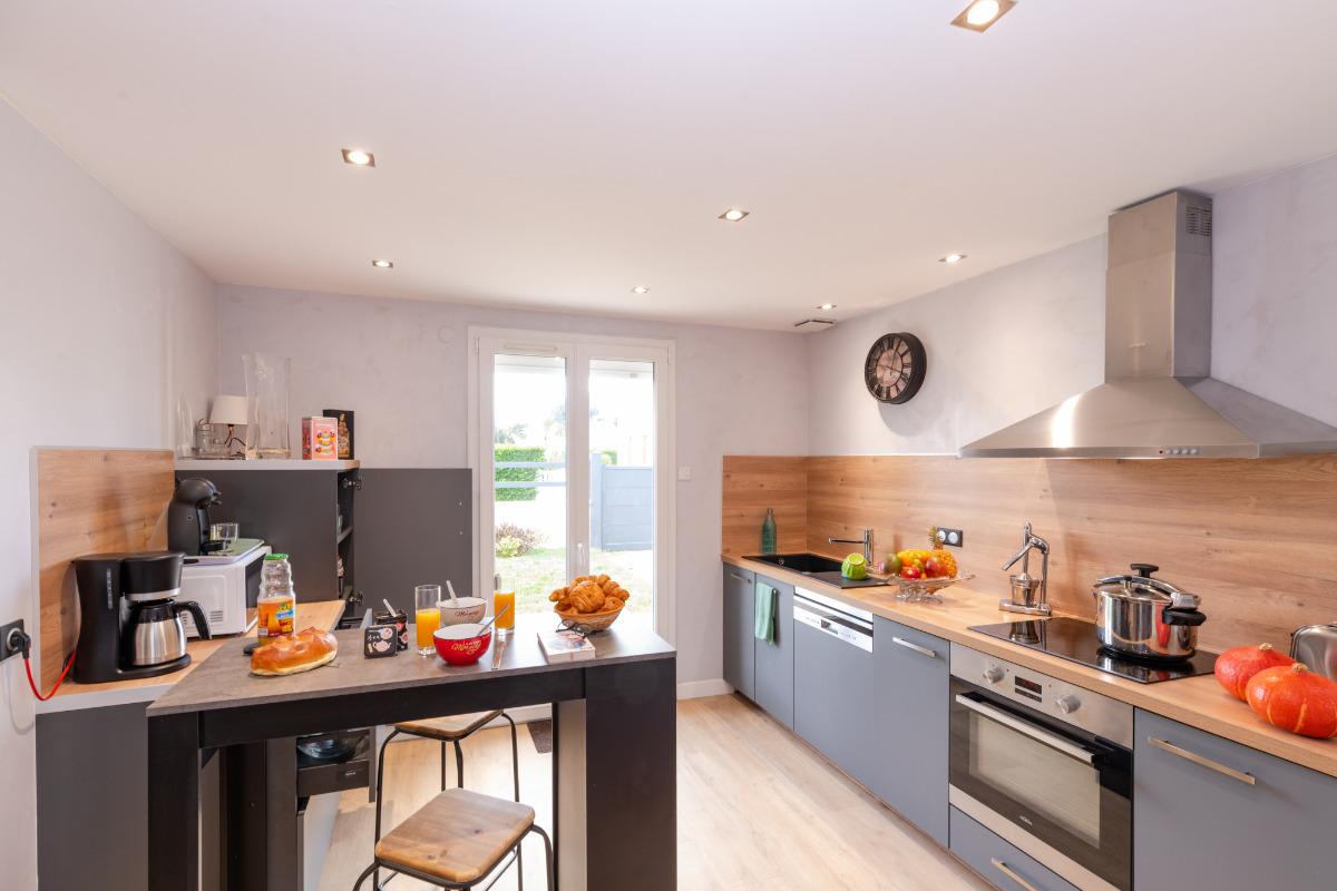 Salon avec canapé cuir, pouf, poêle à bois, TV 140cm connecté, éclairage d'ambiance, radiateur chaleur douce - Location de vacances - Denneville