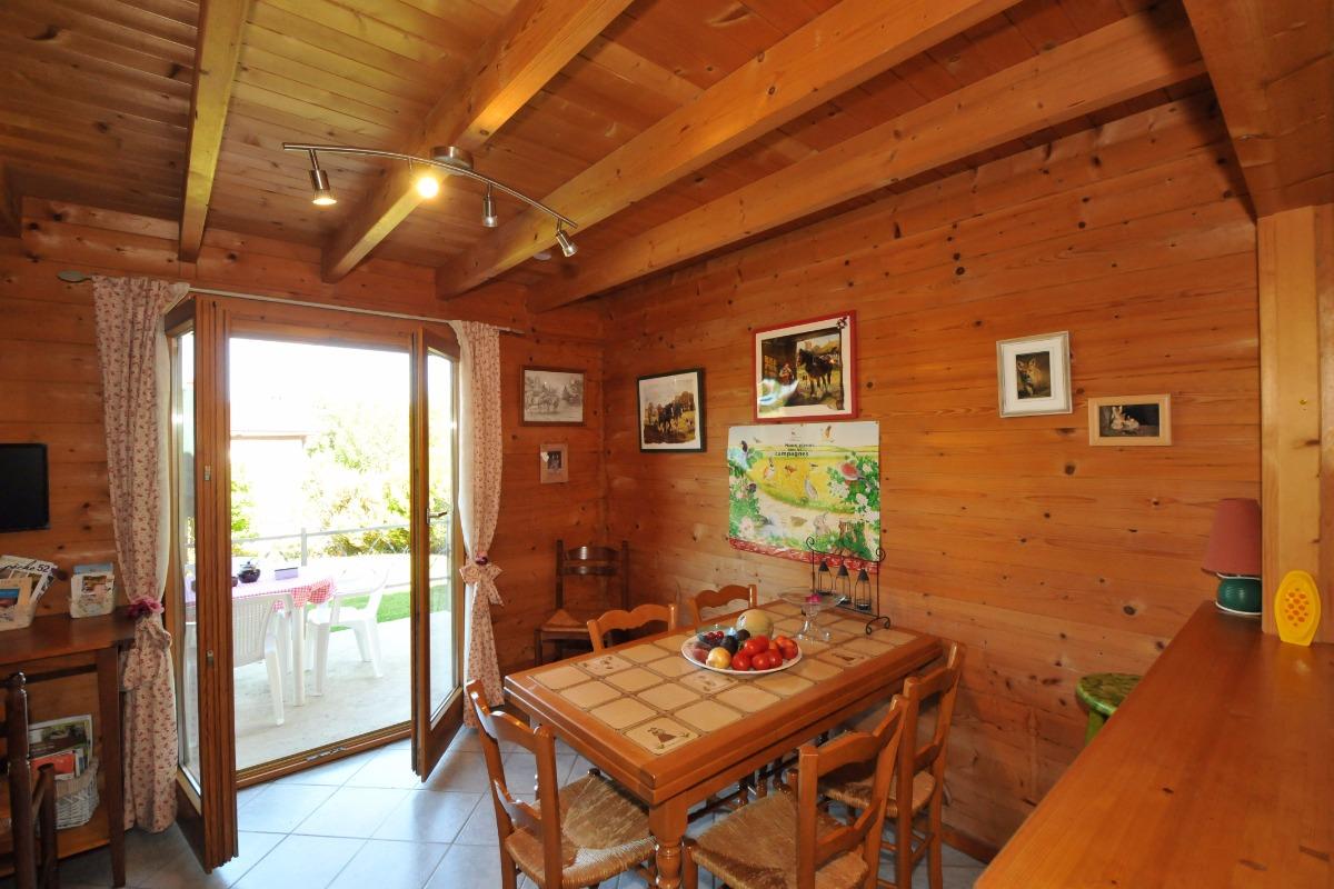 Espace repas ouvert sur terrasse - Location de vacances - Châtillon-sur-Broué