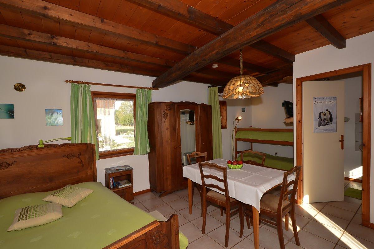 Pièce de vie et couchages pour 4 personnes - Location de vacances - Outines