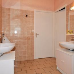 Salle d'eau vaste avec deux accès lavabos et salle de douche indépendante - Chambre d'hôtes - Verzy