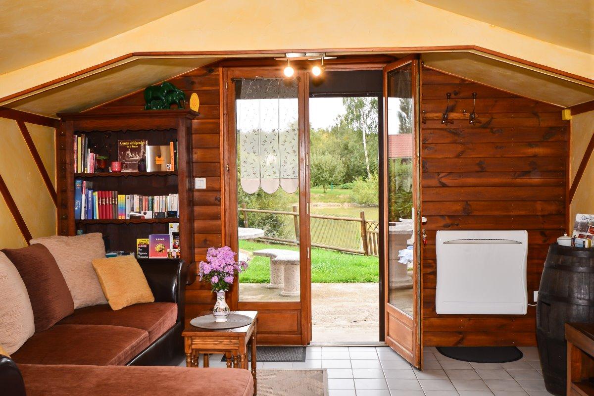 Accès terrasse depuis la pièce de vie  - Location de vacances - Prouilly