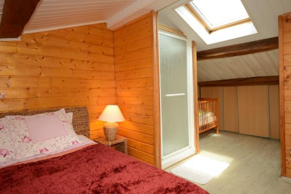 Chambre avec douche et lit d'enfant