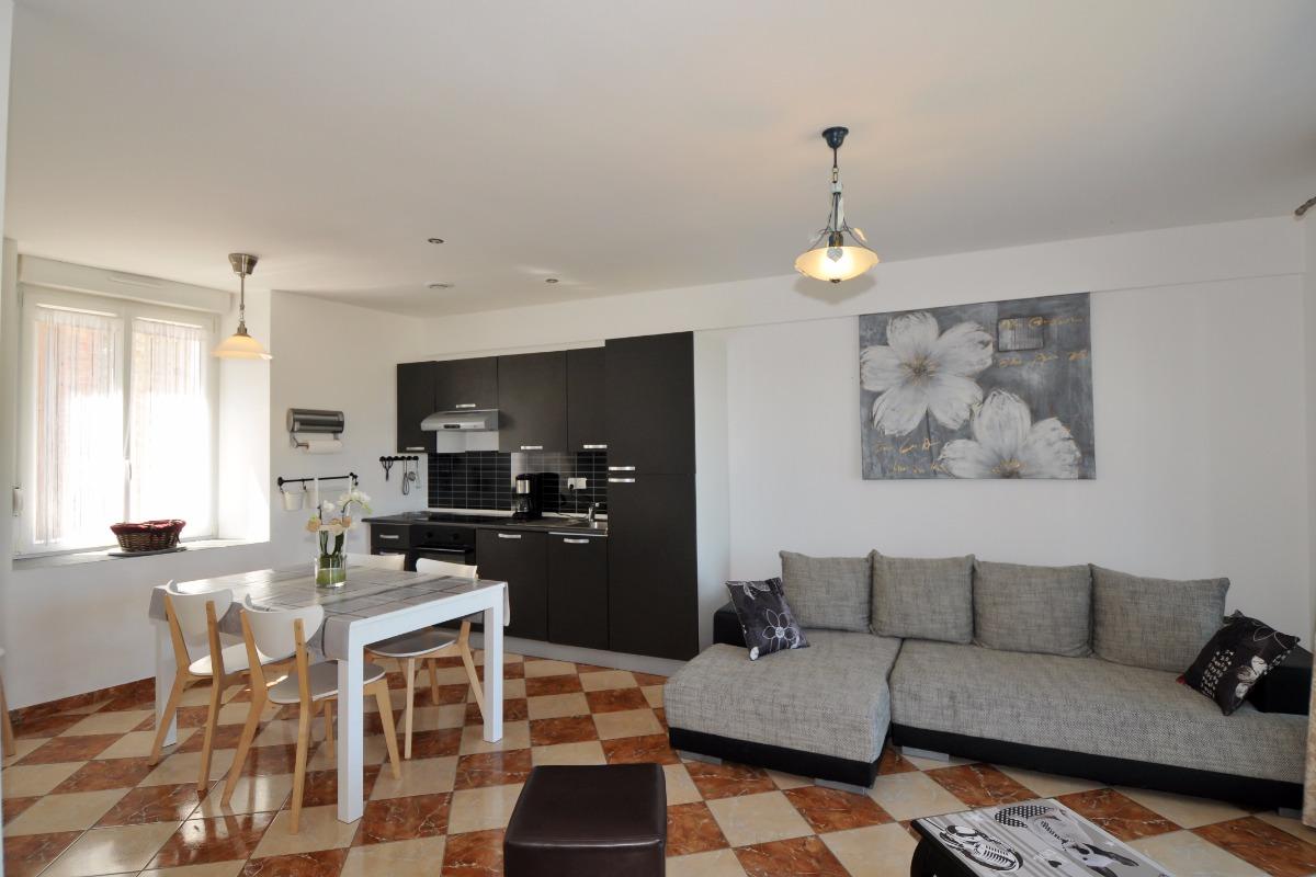 Cuisine équipée, salon, espace repas - Location de vacances - Fleury-la-Rivière