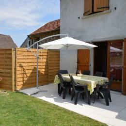 Terrasse accessible depuis cuisine Gîte du Lavoir - Location de vacances - Courthiézy