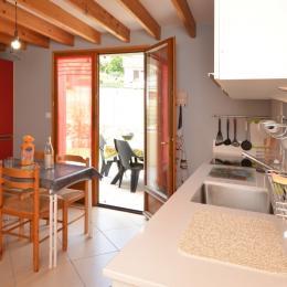 Cuisine spacieuse accès terrasse Gîte du Lavoir - Location de vacances - Courthiézy