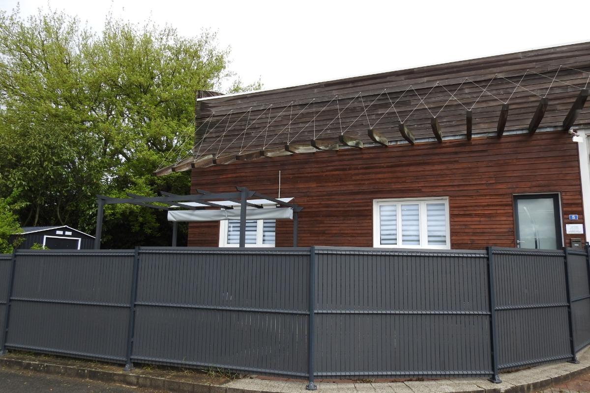 Claustra protègeant le jardin privatif - Location de vacances - Peigney