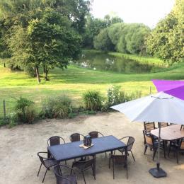 Terrasse et vue exceptionnelle sur 2 hectares privés surplombant trois étangs et collines - Location de vacances - Bais