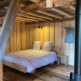 Grand lit double 160, Jules Verne - Les Cabanes du Lac de Pierre Percée - Chambre d'hôtes - Badonviller