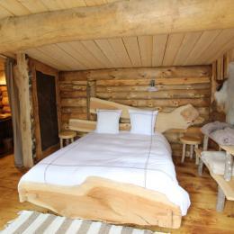 Grand lit double, Bergerie du Lac - Les Cabanes du Lac de Pierre Percée - Chambre d'hôtes - Badonviller