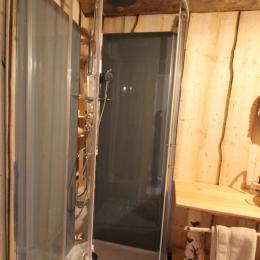 Salle d'eau avec douche - Les Cabanes du Lac de Pierre Percée - Chambre d'hôtes - Badonviller