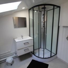Salle d'eau avec douche à jets  - Location de vacances - Lachaussée