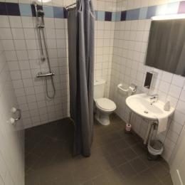 Salle d'eau accessible personne à mobilité réduite - Chambre d'hôtes - Lachaussée