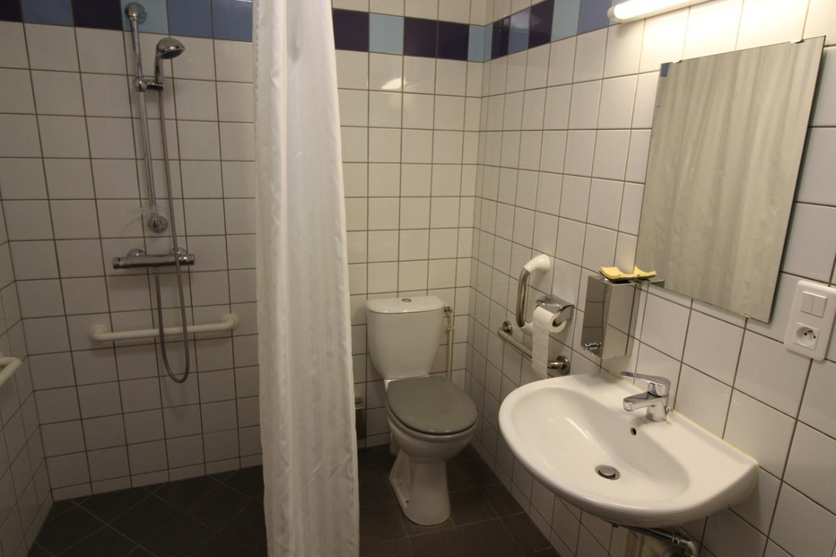 salle d'eau adaptée - Chambre d'hôtes - Lachaussée